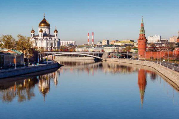 Tour a Mosca, vista sul Cremlino e la Chiesa di Cristo Salvatore dal fiume Moscova