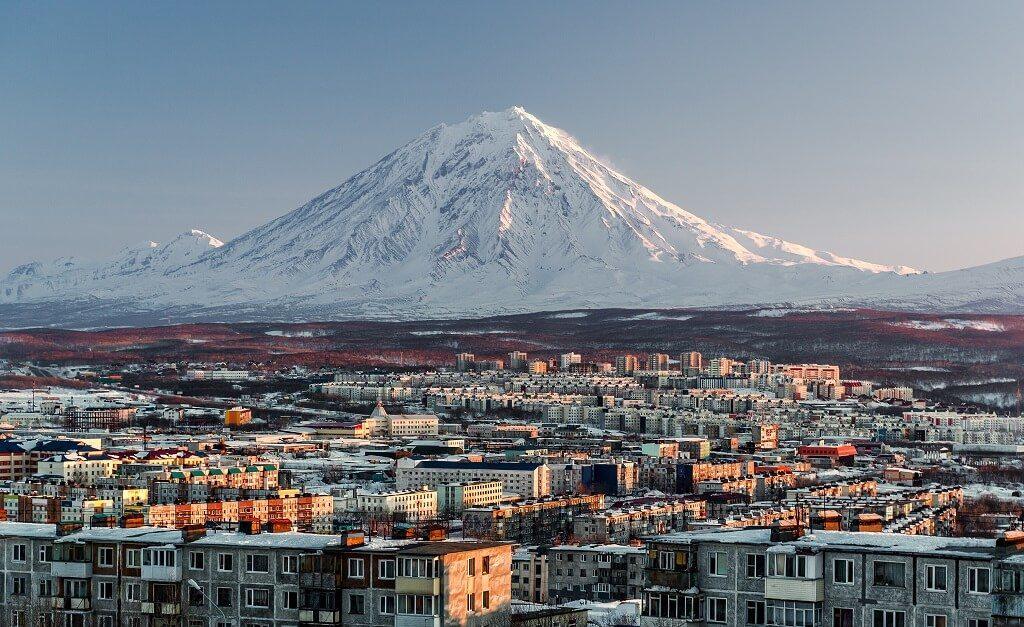 Petropavlovsk Kamchatskiy, dominata dalla cima innevata del vulcano Avačinskij