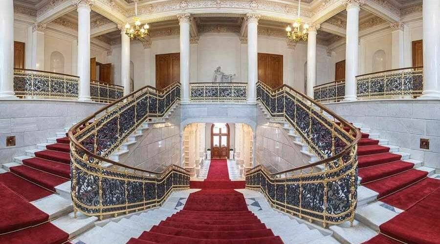 Le ricche scalinate del Museo russo